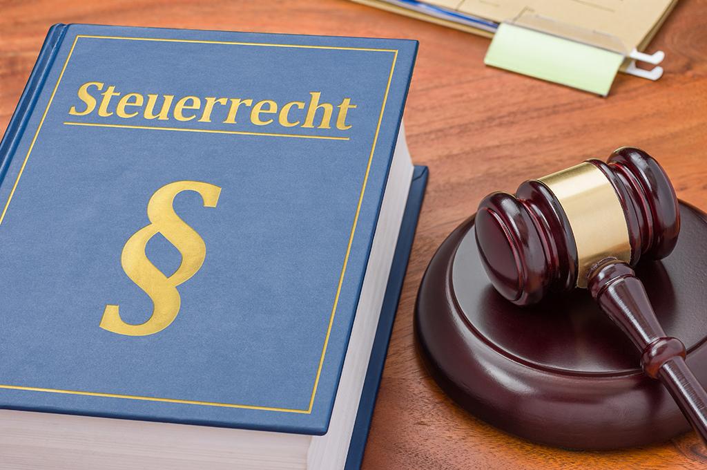 Gesetzbuch mit Richterhammer - Steuerrecht